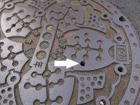 【乃木坂まとめ】@現場検証の結果、斎藤ちはるさん(20歳)を捕らえた穴は東京都豊島区巣鴨4丁目の路上にある、直径約60のマンホール蓋に開いている写真矢印の穴と判明しました。