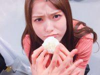 【乃木坂まとめ】松村沙友理1st写真集【公式】@sayuringo_pb写真集の撮影前、体を絞るために白米断ちをしていたまっちゅん🍚最後の白米堪能中に、取られそうになってこの表情…😠😂